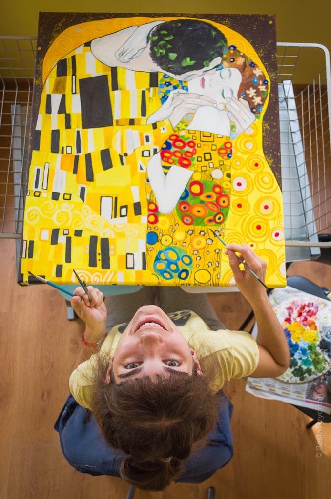 """Mój warsztat malarski nie jest przywiązany do jednego miejsca- mogę malować wszędzie gdzie są sprzyjające warunki. Na """"sztaludze""""- mój """"Pocałunek Klimta""""."""