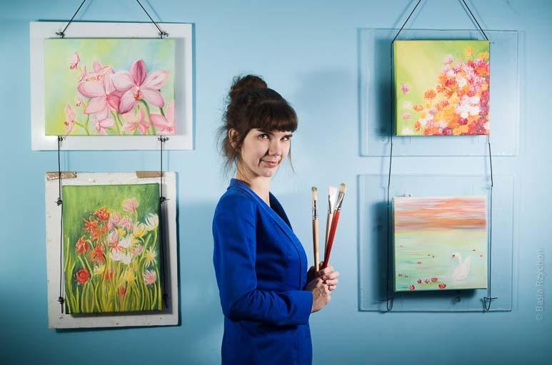 Ja z obrazami, które namalowałam w trakcie mojego zimowego pleneru malarskiego. Zdjęcie wykonane zostało już po powrocie, w mojej pracowni.