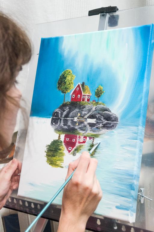 Niebo już jest. Teraz rozmywam wcześniej namalowane odbicie domku, skał i drzew. Malowanie wody daje wiele możliwości, można bawić się barwami.