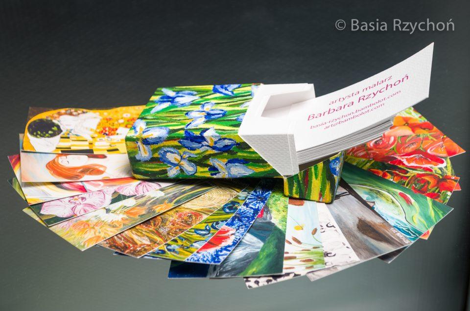 Malarski komplecik: wizytówki i papierowe pudełko.