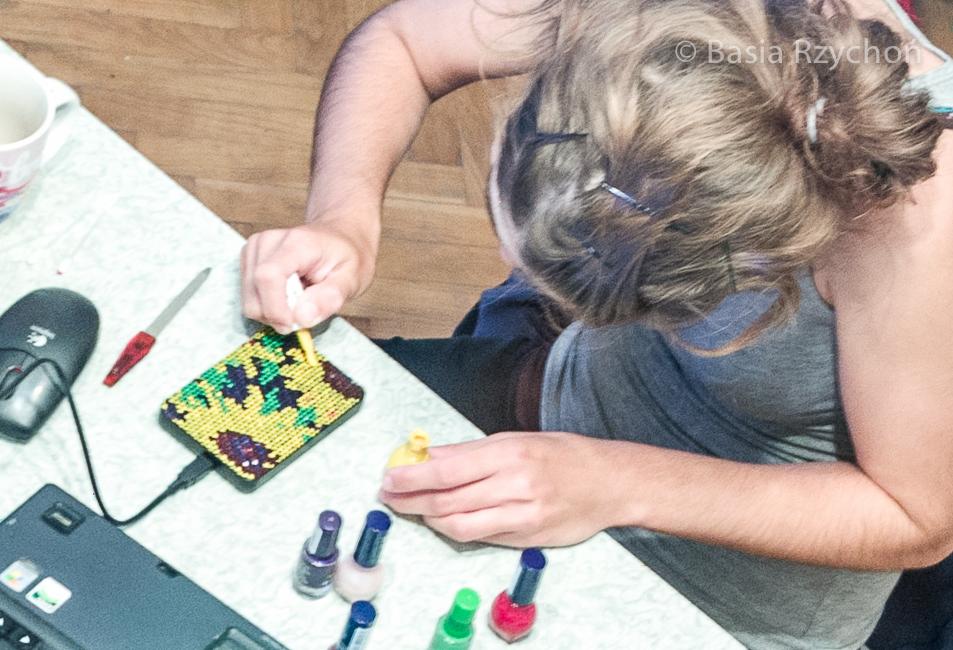 Jak pomalować przenośny dysk zewnętrzny przy pomocy lakierów do paznokci? Odkryłam w czeluściach domowego archiwum archiwalne zdjęcia pokazujące jak wyglądało malowanie mojego twardego dysku. W sumie nie było to jakoś bardzo trudne:)