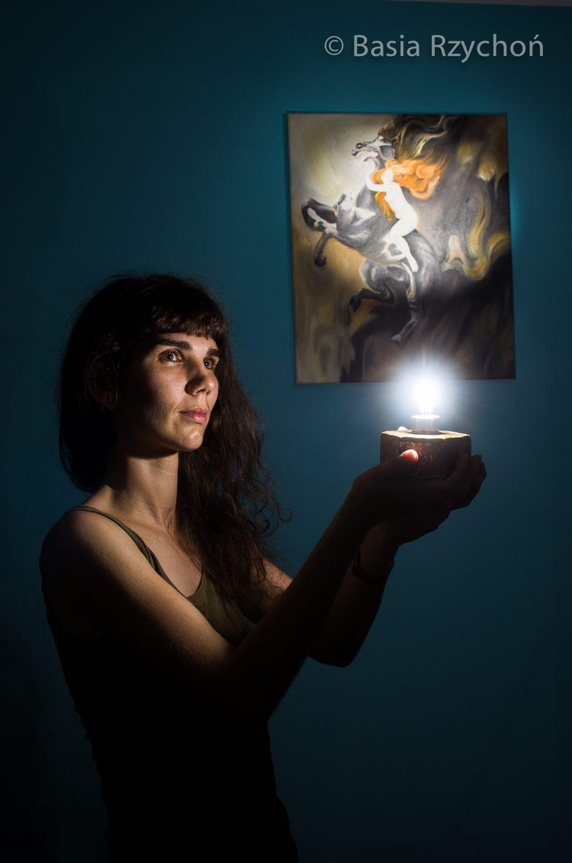 """Ekscentryczna malarka Barbara Rzychoń, czyli potocznie mówiąc ja, przy moim obrazie olejnym """"Szał Podkowińskiego"""" (olej na płótnie, 50x60 cm, 2015)."""