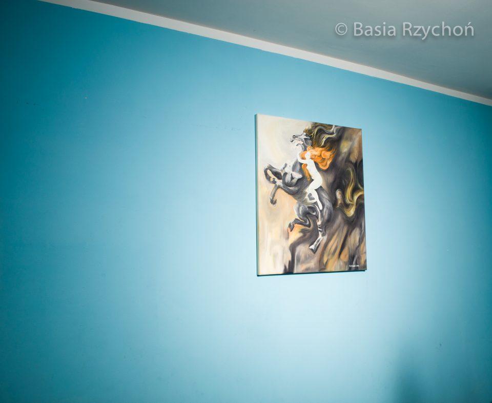 """Obraz oświetlony kierunkowym, miękkim źródłem światła. Jak widać trzeba bardzo dokładnie celować, co czasami może być trudne:) Na ścianie """"Szał Podkowińskiego"""" (olej na płótnie, 50x60 cm, B. Rzychoń 2015)."""