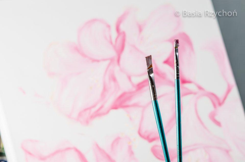 Większość pracy powstaje przy użyciu dwóch pędzli- biało-różowego i różowo-białego.