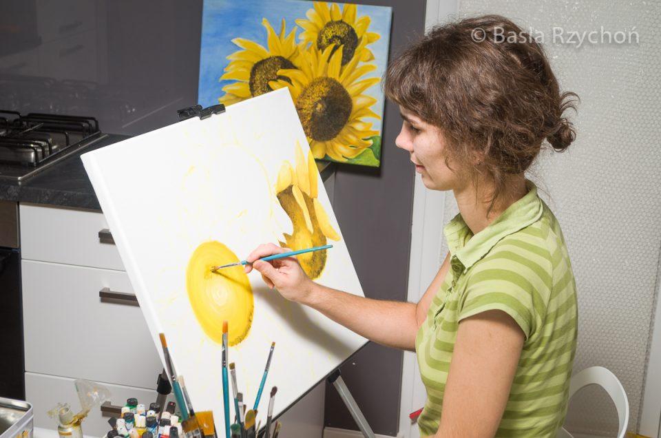 Zaczęłam tradycyjnie od szkicu. Na obrazie miały być trzy duże słoneczniki. Otoczona innymi słonecznikami zaczęłam malowanie:)