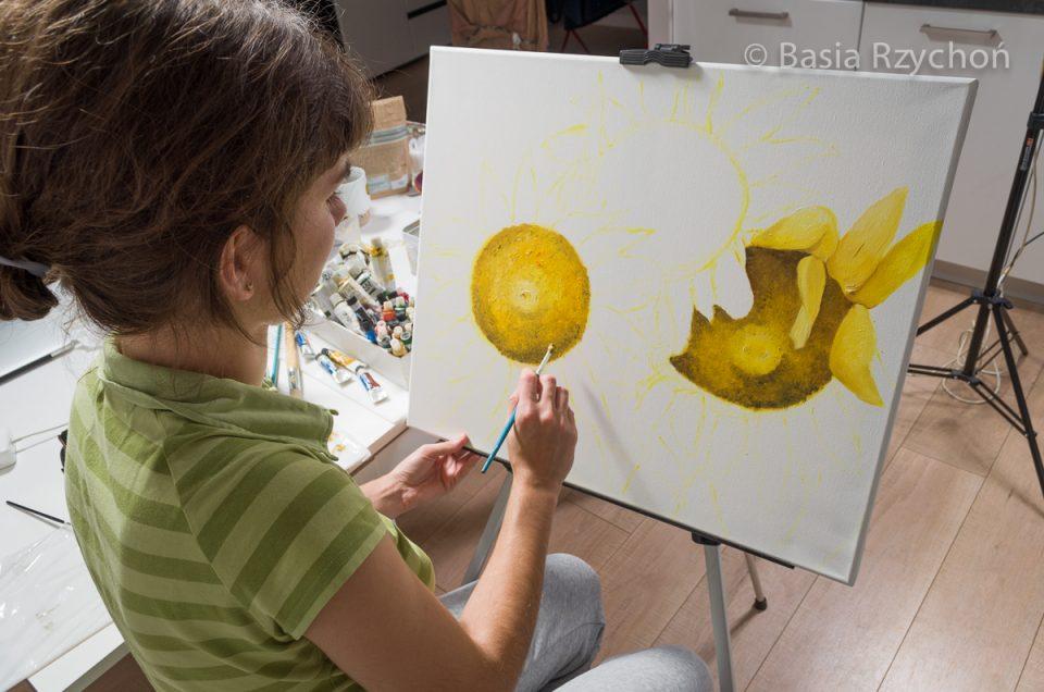 Po kolei maluję kwiaty słoneczników.
